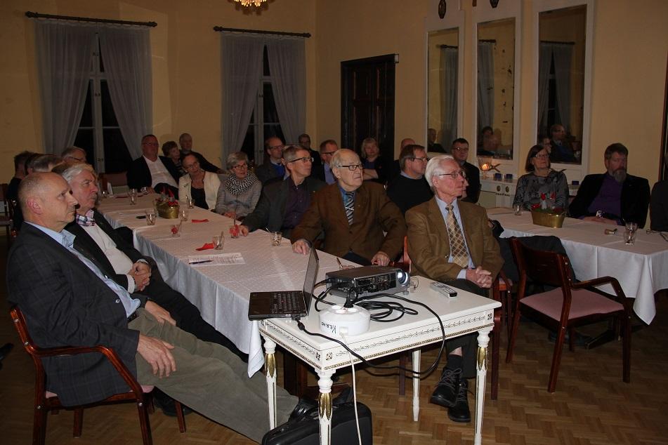 Kokousväki oli varsin aktiivisesti kuuntelemassa kenraalin esitelmää.